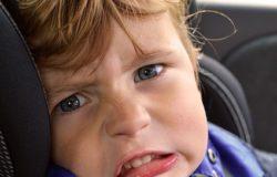 ילד בוכה במושב בטיחות לרכב